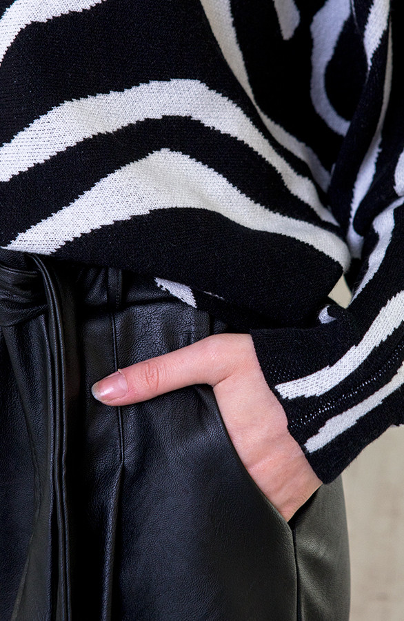Oversized-Soft-Trui-Zebra-1